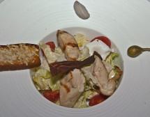 """Класическа салата """"Цезар"""" с пиле и хрупкав бекон"""