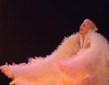 Поли Генова се превръща в Грозното пате