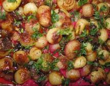 Карамелизирани лукчета върху канапе от червено цвекло. От Галя Думанова