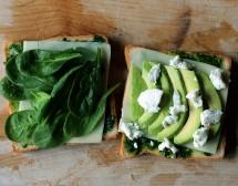 Печен сандвич с авокадо, спанак и сирене