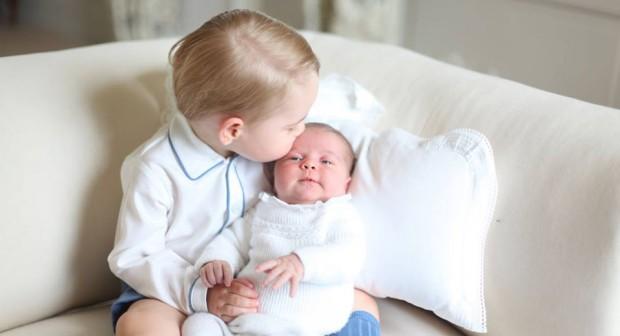 Принц Джордж представя принцеса Шарлот