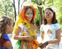Деца рисуват вън