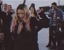 """""""Монахини"""" танцуват на пилон в турнето на Мадона"""