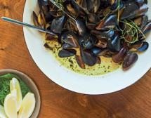 Черноморски миди със сметана, билки и къри