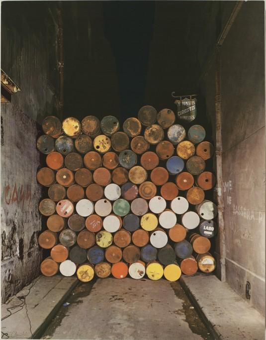 Желязната завеса.  Стена от  петролни варели ул  Висконти Париж  1968