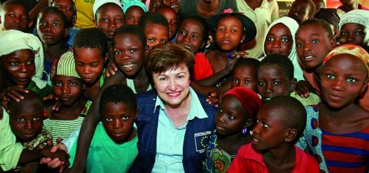 Кристалина Георгиева с деца в Нигер.