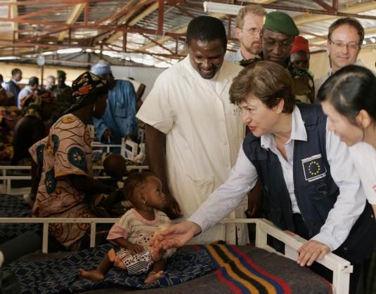 """Кристалина Георгиева с недохранено дете в център за изхранване на """"Лекари без граница"""" в Маради, Нигер."""