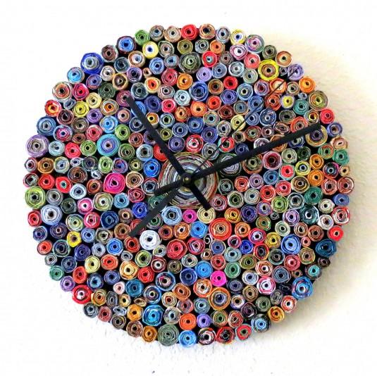 Часовник от стара грамофонна плоча за основа и навити на руло листчета от стари списания. От Shannon Ruby.