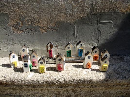 """Серия декоративни къщички, които могат да се използват и за закачане на ключове. Автор Бисер Лапев. От галерия """"Ищар""""."""