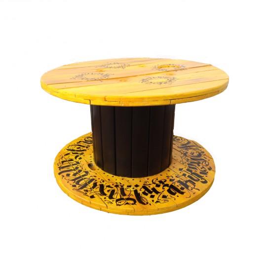 """Дизайнерска маса от макара, преминала през дълъг и сложен процес на възстановяване, обработка и артистична декорация. От """"Мебели Палети""""."""