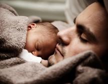 Татковците все по-активни в грижите за децата