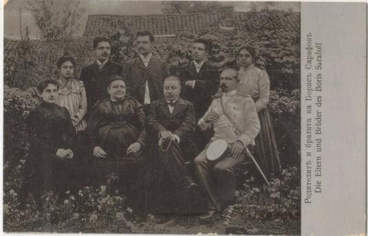 Семейството на Петър Сарафов и съпругата му Сирма (седнали). До Петър е синът му полковник доктор Ангел Сарафов. Прави са инженер Петко Сарафов, Кръстьо Сарафов и Борис Сарафов