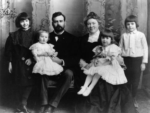 Семейството на Хемингуей. Той е най-вдясно.