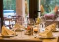 Домакинът подрежда гостите около масата