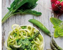Спагети от тиквички с песто от грах и зеленолистни