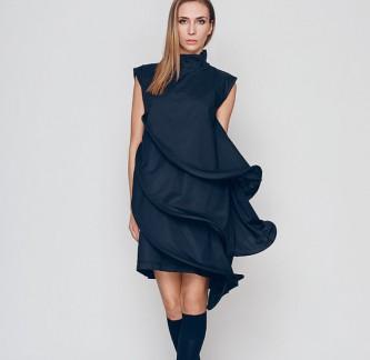 Черна асиметрична официална рокля. Направена е от отделни детайли под формата на ризи, които могат да се носят заедно и по отделно. Заедно те представляват чудесна вечерна коктейлна рокля, която ще ви накара да се чувствате секси и женствена. Цена: 139 лв.