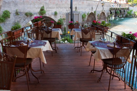 Snimka 12 - The terrace over the river Mincio of Cafe Visconti, Borghetto sul Mincio, Italy - www.rossiwrites.com