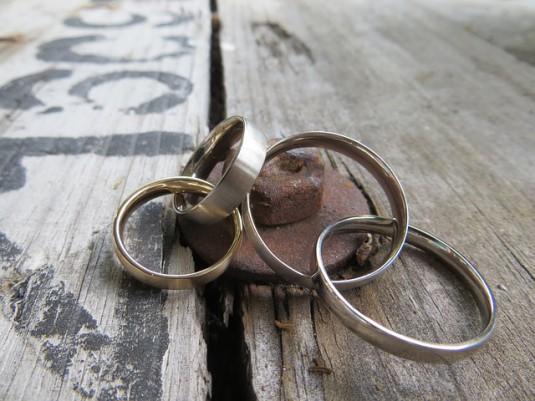 wedding-rings-378064_640-535x401