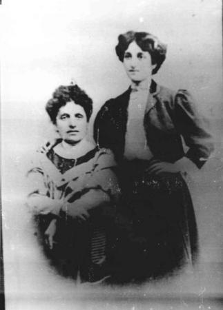 Дора Габе с майка си