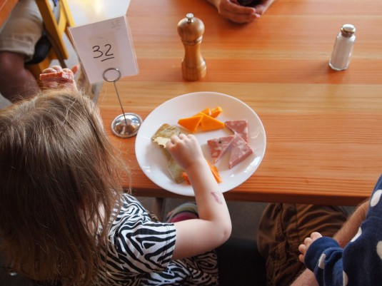 child-eating-881200_960_720