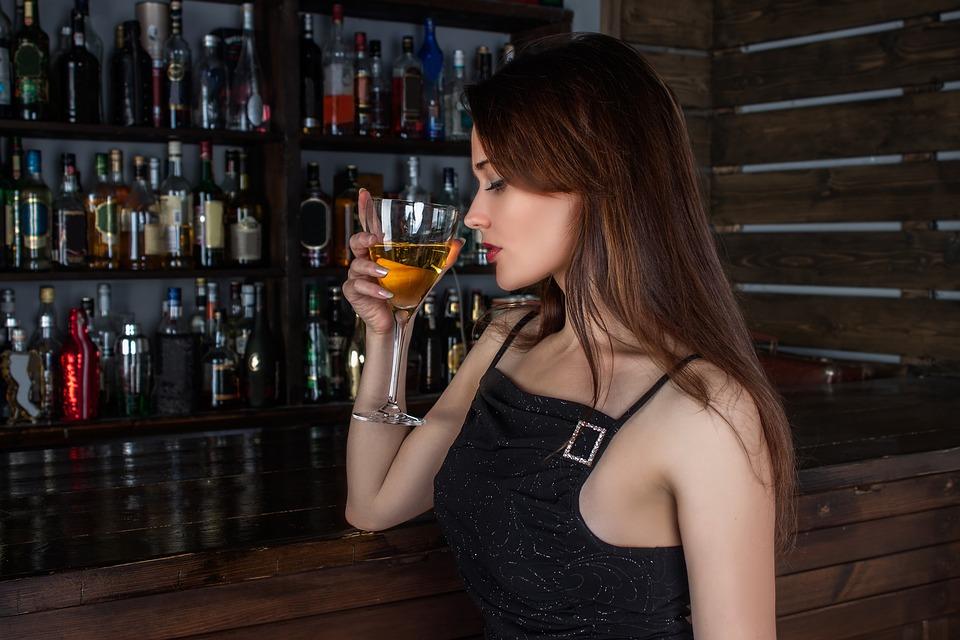 bar girl-1064664_960_720