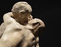 На театър срещу целувка