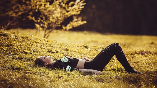 girl-lying-on-the-grass-1741487_960_720