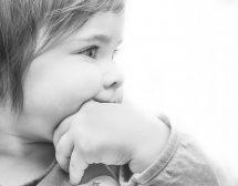 Защо сученето и лапането на предмети е важно за бебето?