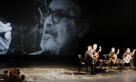 Млади актьори пеят Sex Bomb на 75-годишния Ламбо
