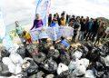 Сърфисти почистват черноморски плажове