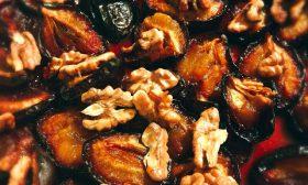Печени сини сливи с орехи