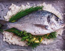 Печена риба в сол с медено-горчичен винегрет