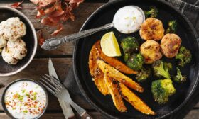 Пилешки кюфтенца с гарнитура от сладък картоф и броколи