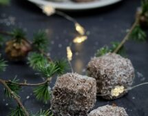 Шоколадови кубчета с кокос