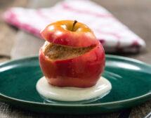 Печени ябълки с орехи и фурми