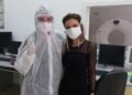Дизайнерка шие маски за болницата в Смолян