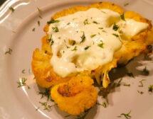 Печен карфиол със сос от синьо сирене