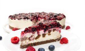 Йогурт торта с бисквитки и горски плодове