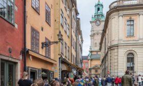 Изключението Швеция: Кафенетата пълни, продават се цветя, хората се прегръщат