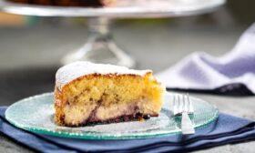 Кейк със сирена и сладко от боровинки
