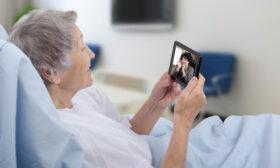 Виртуалните целувки от близките за болните с коронавирус