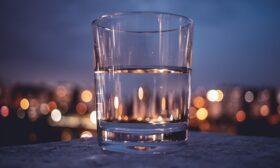 Водата: невидимият съюзник в поддържането на алкално-киселинен баланс