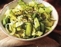 Свежа салата с тиквички и краставици