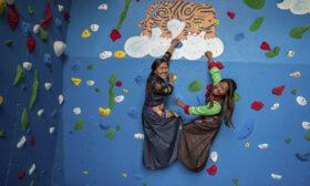 Шерпи се учат на стена на Уолтопия на 3950 м в Хималаите