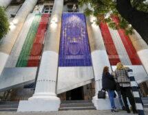 Ив Тошайн издигна скулптури от един километър вериги на фасада