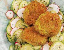 Бобени кюфтенца със свежа салата
