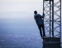 Жената на 40 е на върха на кулата