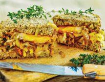 Сандвич с карамелизиран портокалов лук