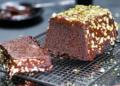 Кекс с глазура от шоколадов карамел и шамфъстъци