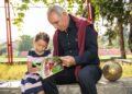 Христо Стоичков разписва книги в компанията на своята внучка